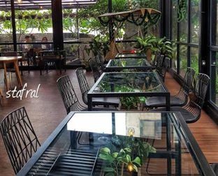 Foto 4 - Interior di Kaca Coffee & Eatery oleh Stanzazone