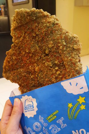 Foto - Makanan(Large fried chicken bumbu seaweed) di Hot Star oleh Claudia @grownnotborn.id