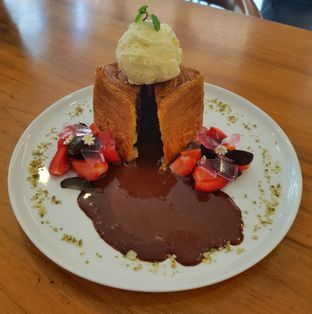 Foto 8 - Makanan(Chocolate Lava Croissant Cube (IDR 43700 - Nett)) di Bellamie Boulangerie oleh Rinni Kania