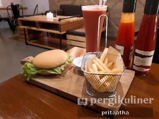 Foto 1 - Makanan(Original burger) di Bernardi The Factory Shop & Resto oleh Prita Hayuning Dias