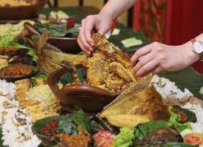 Makanan Khas Indonesia yang Lebih Enak Disantap Menggunakan Tangan