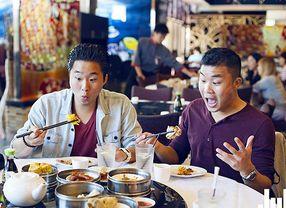 6 Food Vlogger Dunia yang Sukses Bikin Ngiler!