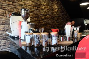 Foto 12 - Interior di Young & Rise Coffee oleh Darsehsri Handayani