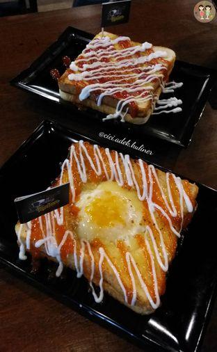 Foto 1 - Makanan(Roti bakar asin meleleh) di Warunk Rotan oleh Jenny (@cici.adek.kuliner)
