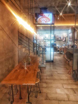 Foto 8 - Interior di Phos Coffee oleh foodXpression