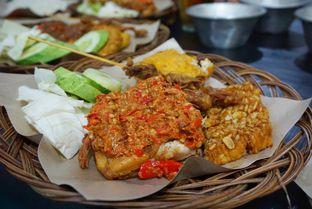 Foto 1 - Makanan(Ayam Goreng + Nasi + Tahu + Tempe + Sate) di Ayam Gepuk Pak Gembus oleh Belly Culinary