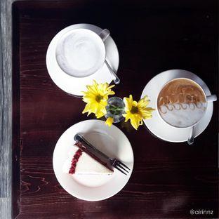 Foto 2 - Makanan(Taro Latte, Caramel Latte, Red Velvet Cake) di Meet Me Cafe oleh Airin Sherry