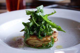 Foto 11 - Makanan(Onion tart, slow cooked egg, parm e san and rocket salad) di Salt Grill oleh Wisnu Narendratama