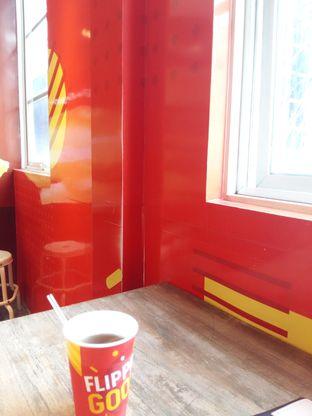 Foto 5 - Interior di Flip Burger oleh abigail lin