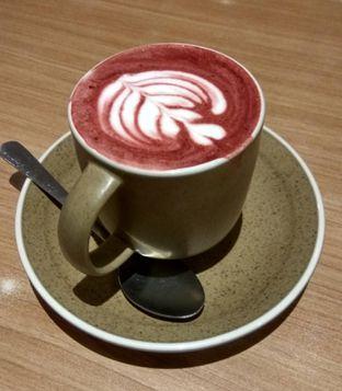 Foto 1 - Makanan(Red Velvet Latte (IDR 32k) ) di Coffee Motion oleh Renodaneswara @caesarinodswr