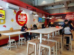 Foto 2 - Interior(Lokasi Makan) di Flip Burger oleh Adhy Musaad