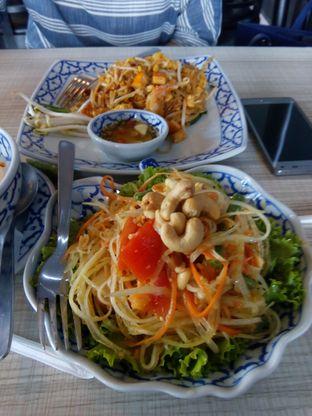 Foto 1 - Makanan(Padthai dan Papaya Salad) di Jittlada Restaurant oleh Handoko