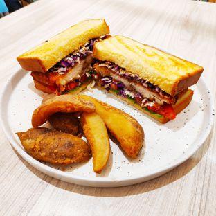 Foto - Makanan(Not Your Ordinary Chicken Sandwich) di Bakerzin oleh melisa_10