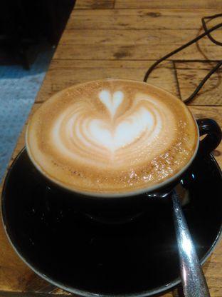 Foto 1 - Makanan(Hot white cappucino (IDR 40k) ) di Watt Coffee oleh Renodaneswara @caesarinodswr