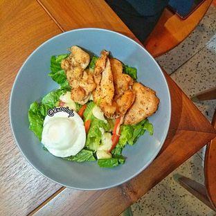 Foto 5 - Makanan(Grilled Chicken Salad) di Sinou oleh duocicip