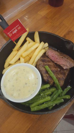 Foto 2 - Makanan(Holycow Tenderloin Steak (IDR 105k) ) di Steak Hotel by Holycow! oleh Renodaneswara @caesarinodswr