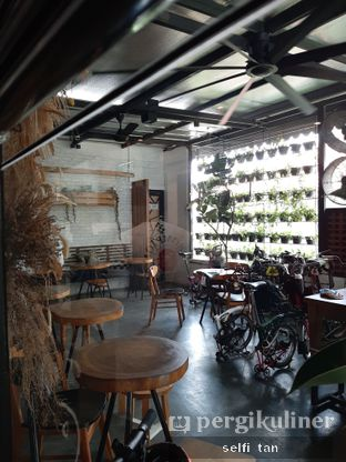 Foto 7 - Interior di Popolo Coffee oleh Selfi Tan