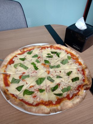 Foto 2 - Makanan(Pizza Margherita) di Gourmet Kitchen oleh Florentine Lin