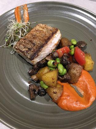 Foto 4 - Makanan(Seared Baramundi) di Savannah Cafe & Resto oleh Jeljel