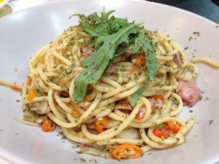 Foto 1 - Makanan(Aglio Olio Pasta) di BROWNFOX Waffle & Coffee oleh awakmutukangmakan
