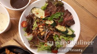 Foto 1 - Makanan(Beef salad) di Common Grounds oleh Donna Trianty