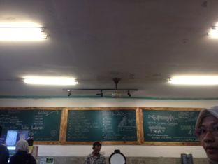 Foto 4 - Interior(menu yg tertera di tembok) di Nasi Uduk & Ayam Goreng Lahap oleh Threesiana Dheriyani