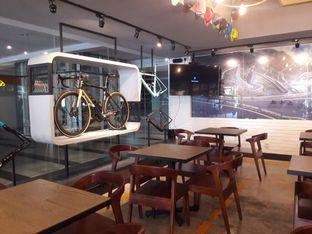 Foto 5 - Interior di Wdnsdy Cafe oleh Nisanis