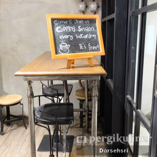 Foto 9 - Interior di Gerilya Coffee and Roastery oleh Darsehsri Handayani