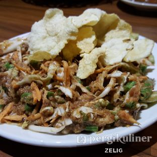 Foto 2 - Makanan(Karedok) di Talaga Sampireun oleh @teddyzelig