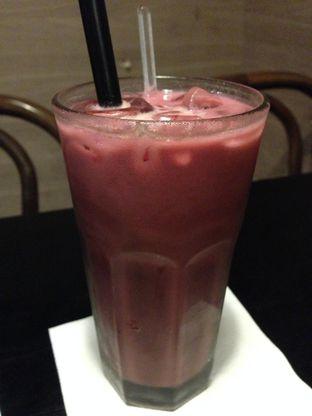 Foto 1 - Makanan(Iced Red Velvet Latte) di Dailydose Coffee & Eatery oleh awakmutukangmakan