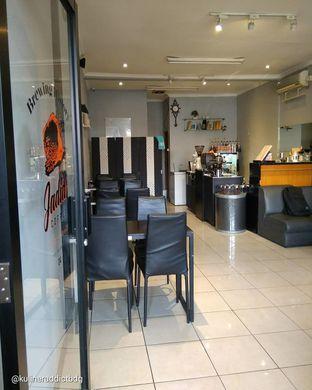 Foto 5 - Interior di Jadid Coffee oleh doyan kopi