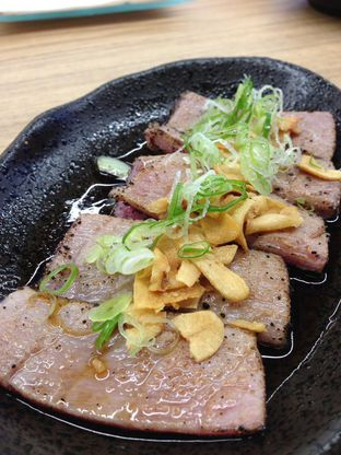 Foto 4 - Makanan(Tuna Black Pepper Carpaccio) di Sekai Ramen & Sushi oleh awakmutukangmakan