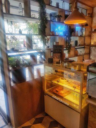 Foto 10 - Interior di Phos Coffee oleh foodXpression