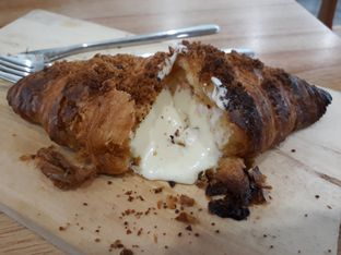 Foto 2 - Makanan(Cream Cheese Croissant) di Cotive oleh Aireen Puspanagara