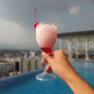 Foto 3 - Makanan di Skyview Pool & Bar - Mercure Hotel oleh Chris Chan