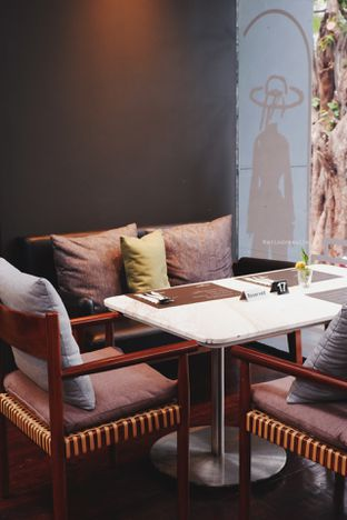 Foto 8 - Interior di Greyhound Cafe oleh Indra Mulia