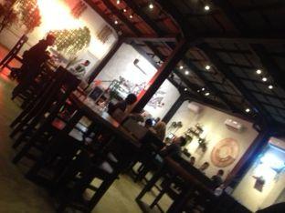 Foto 2 - Interior(tempat cozy) di Ali Kopi Roastery oleh Threesiana Dheriyani