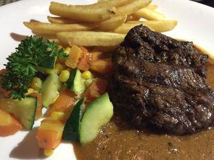 Foto 2 - Makanan(Sirloin Steak Lokal) di Atmosphere oleh Sitta