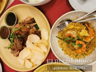 Foto 5 - Makanan(Smoked pecking duck & singaporean king prawn noodles) di Eastern Opulence oleh Patsyy