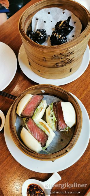Foto 2 - Makanan(squid ink dumpling & Kalbi char siew bun) di Twelve Chinese Dining oleh Patsyy