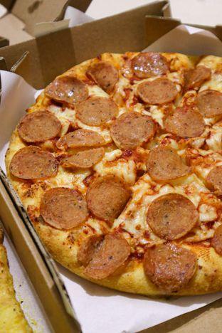 Foto 5 - Makanan di Domino's Pizza oleh thehandsofcuisine