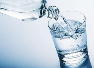 Mitos vs Fakta, Benarkah Air Putih Tidak Bagus Diminum di Sela-Sela Makan?