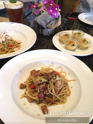 Foto 2 - Makanan(Porky Aglio Olio) di The Socialite Bistro & Lounge oleh Monique @mooniquelie @foodinsnap