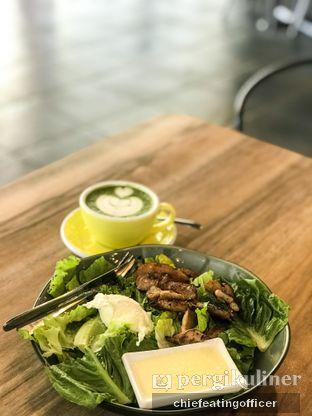 Foto 1 - Makanan(Grilled Chicken Salad with Lemon Sauce) di Coffee Kulture oleh Cubi