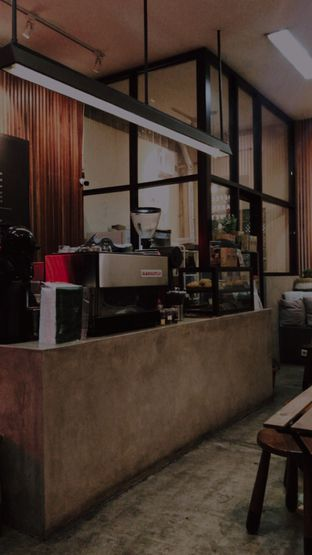 Foto 3 - Interior di Makmur Jaya Coffee Roaster oleh @qluvfood