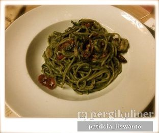 Foto 3 - Makanan(Spaghetti with Spicy Garlic Oil Prawns and Fresh Basil Pesto) di Social House oleh Patsyy