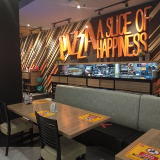 Foto 11 - Interior di Pizza Hut oleh felita [@duocicip]