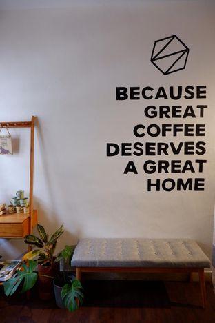 Foto 18 - Interior di Simetri Coffee Roasters oleh yudistira ishak abrar