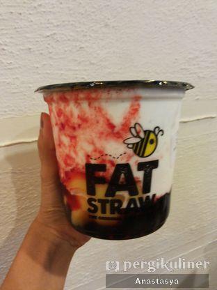 Foto - Makanan(Ice Milk Strawberry with Pudding & Honey Boba) di Fat Straw oleh Anastasya Yusuf