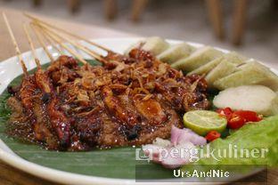 Foto 4 - Makanan(Sate ayam lontong) di Bakso Lapangan Tembak Senayan oleh UrsAndNic